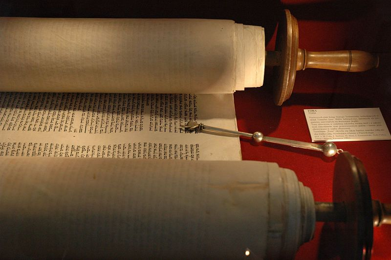 800px-Torah_and_jad