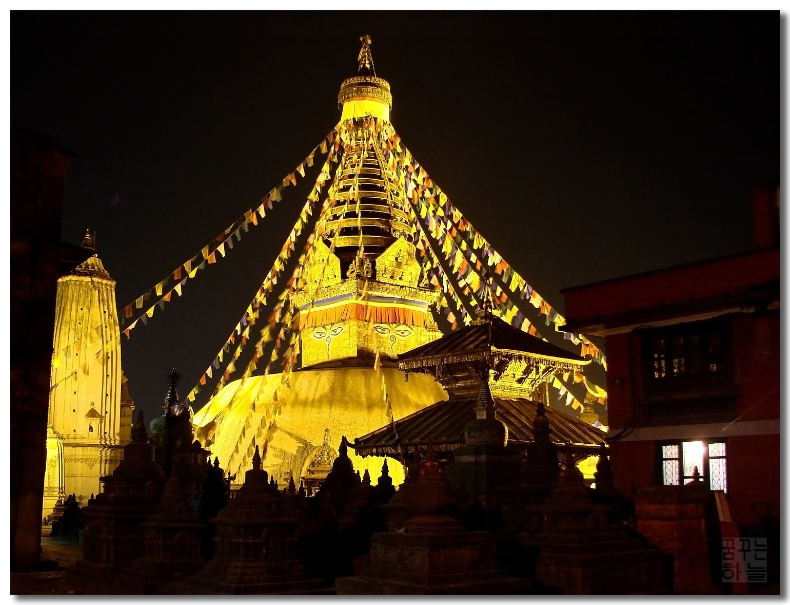 Glowing_Swayambhu_(3005358416)